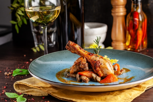 野菜と一緒に強いワインで煮込んだ鶏肉。