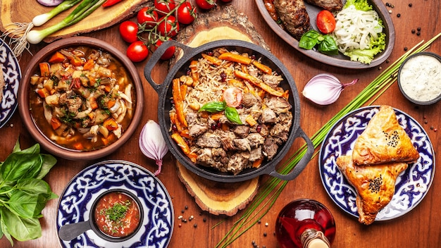 Традиционная узбекская восточная кухня. узбекский семейный стол из разных блюд к новогоднему празднику.