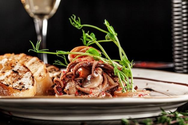 Итальянский салат из осьминога и кальмаров