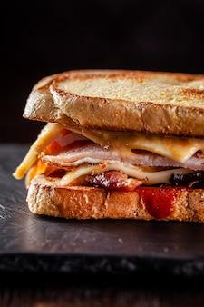 Домашний бутерброд из тостового хлеба