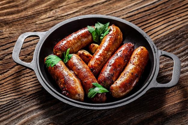 Жареные свиные колбаски на гриле в сковороде