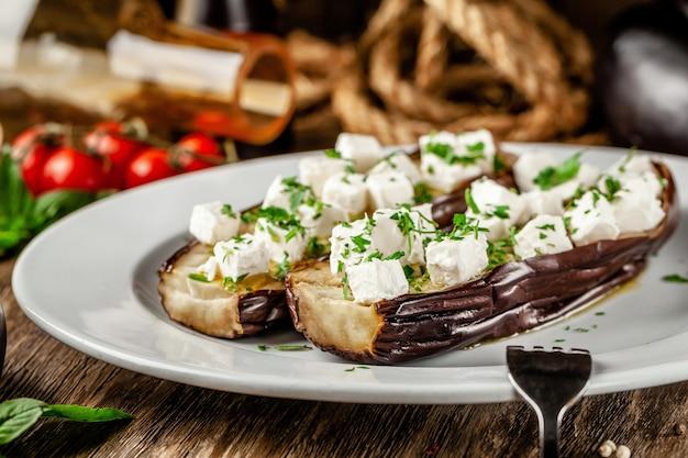 Запеченный баклажан с сыром фета и специями