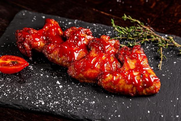 Мексиканские запеченные куриные крылышки с острой томатной сальсой
