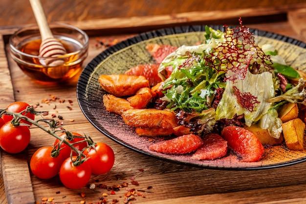 揚げサーモン、アバカド、グレープフルーツ、サラダミックスのアジア風サラダ、ハニーソース添え。
