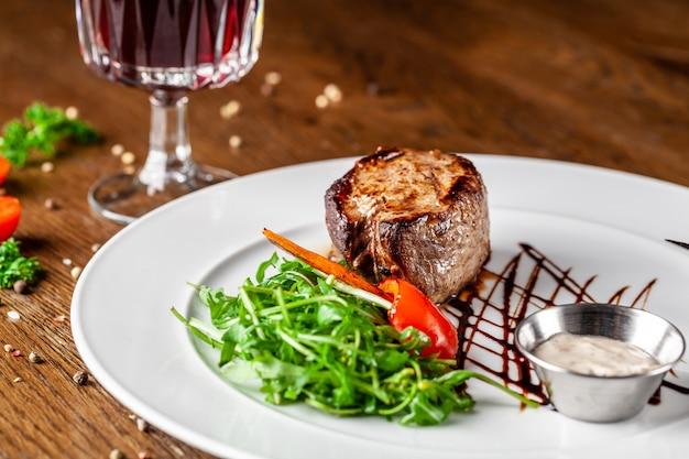 ジューシーな牛肉、仔牛のステーキ。
