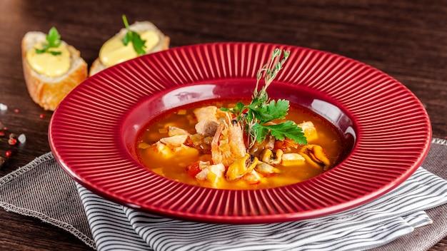 魚介類の古典的なフランスの魚のスープ。