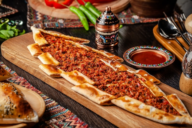 Турецкая пицца пита с мясом.