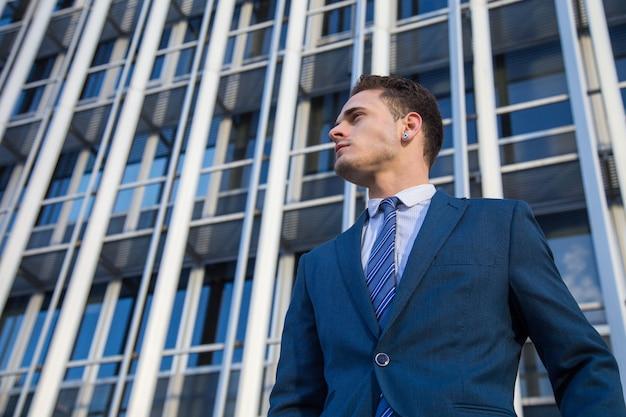 自信を持ってポーズのスーツのビジネスマンの肖像画。
