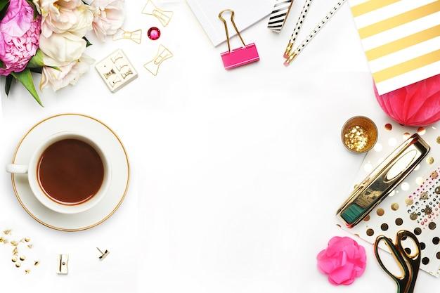 コーヒーカップとテーブルの上のアイテム。