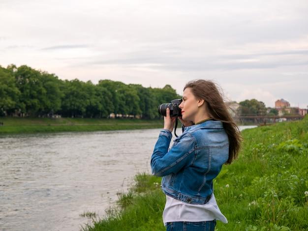 Красивая девушка турист фотографировать.