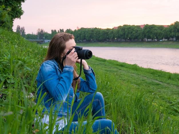 美しい少女観光客が写真を撮る。