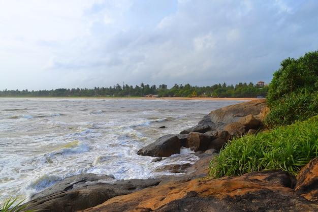 Рок берег. большие волны индийского океана. шри-ланка