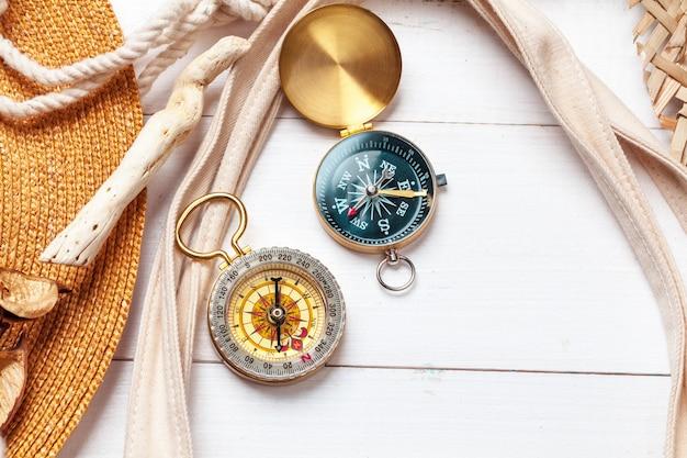 Время путешествовать, идея для туризма с компасом.