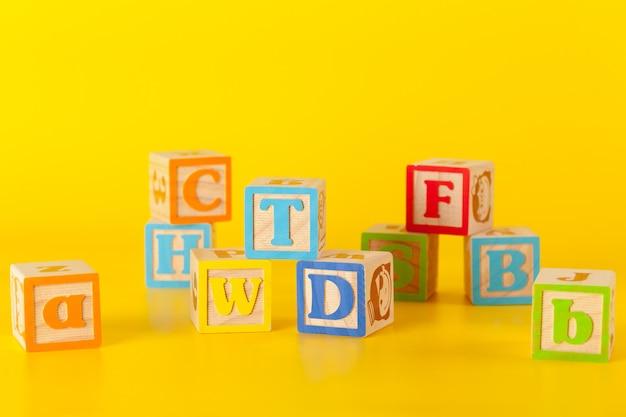 Красочные деревянные блоки с буквами