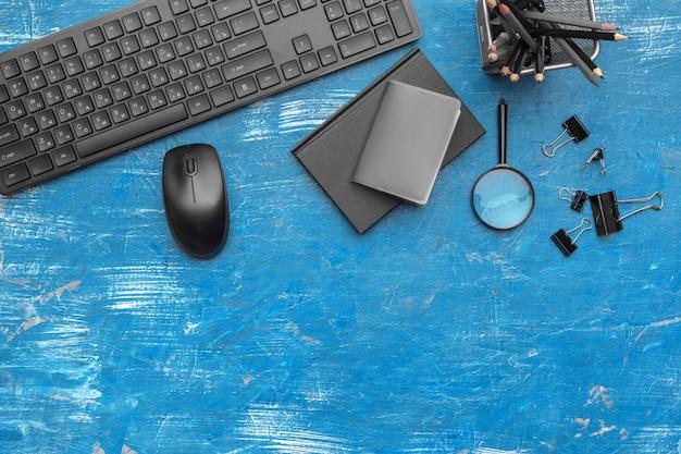 黒と青の色、トップビューでの事務用品や機器の構成