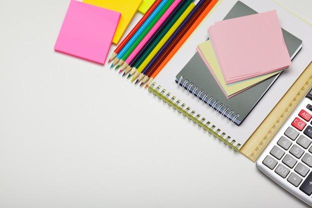 Школьные и офисные принадлежности на офисном столе. вид сверху с копией пространства