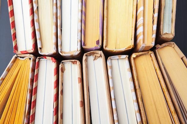 Сваи многих книг.