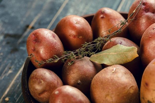木製のテーブルに新鮮なジャガイモ
