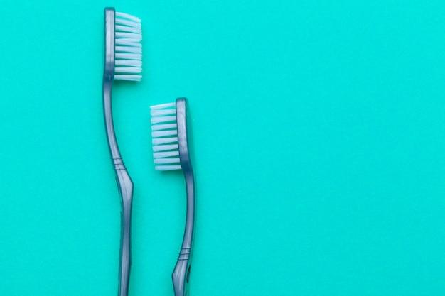 色の背景に手動歯ブラシでフラットレイアウト構成、クローズアップ