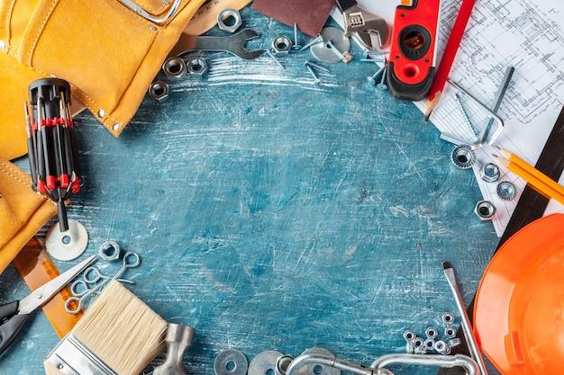 Различные строительные инструменты на синем фоне