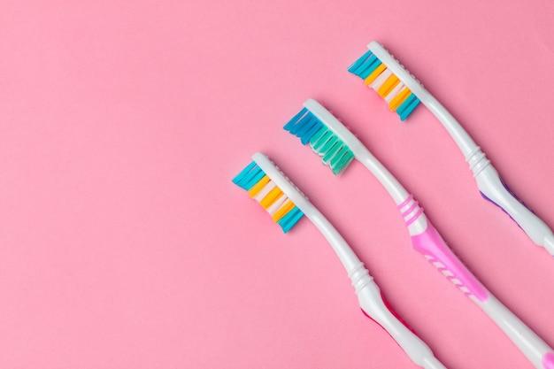 ピンクの背景の歯ブラシ