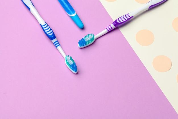 ピンクの紙の上の歯ブラシ