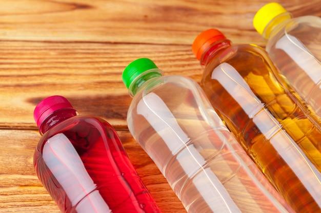 Пластиковые бутылки с безалкогольными напитками крупным планом