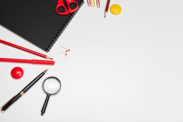 白、学校の背景に戻る学校文具