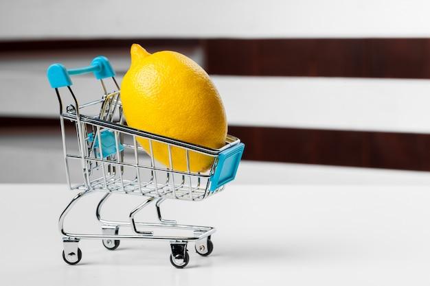 食料品の買い物カゴをクローズアップ