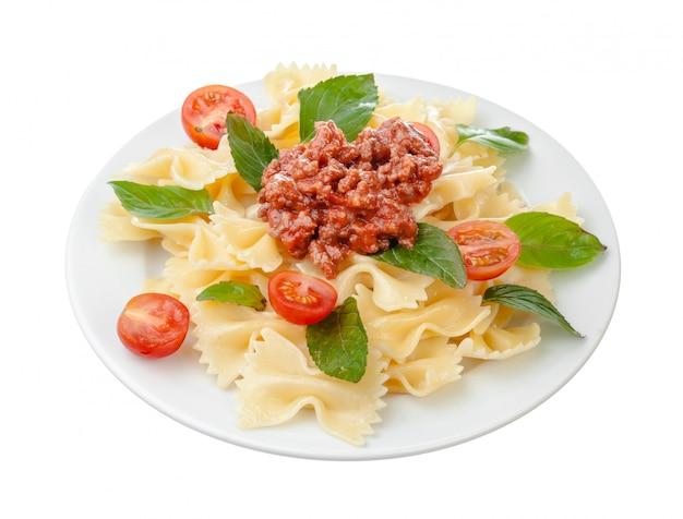 牛肉や豚肉、チーズ、トマト、白い皿にスパイスのスパゲッティボロネーゼソース