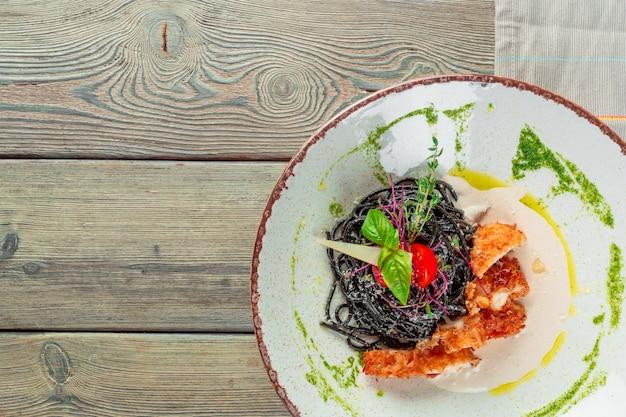 ルッコラとトマトのハーブの鶏肉と新鮮な黒タリオリーニパスタ