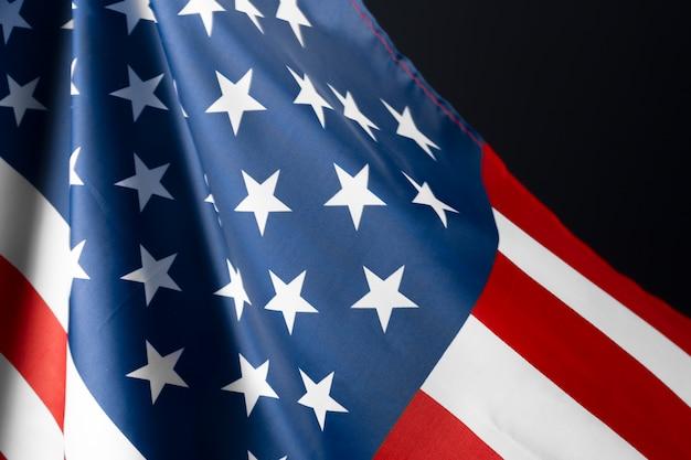 Красиво машущая звезда и полосатый американский флаг