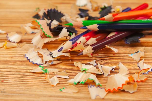 カラフルな鉛筆と鉛筆カット