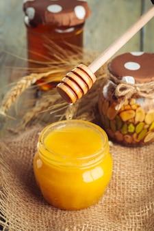 ガラスの瓶に甘い蜂蜜