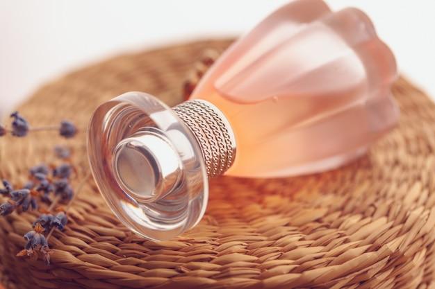 エレガントな女性の香水