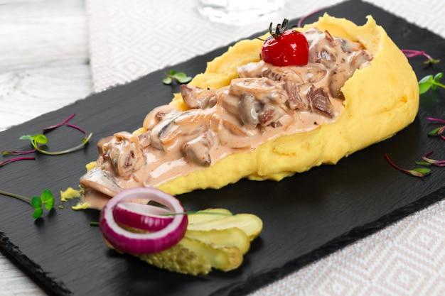 Крупным планом картофельное пюре с грибным соусом