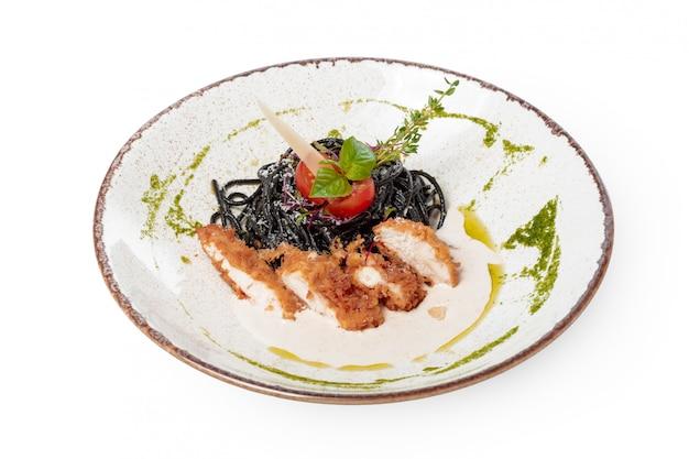 鶏肉のハーブ入りの新鮮な黒タリオリーニパスタ