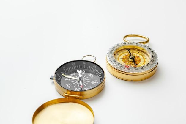 Металлический компас на белом фоне крупным планом