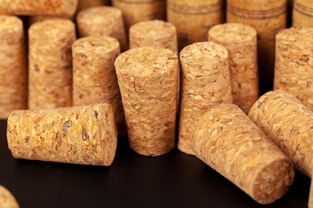 木製のテーブルにコルクワインのクローズアップ