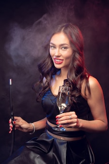 Молодая женщина курит кальян