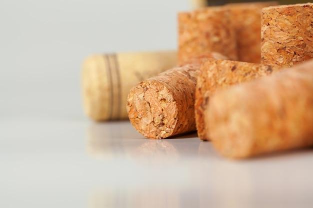 木製の盛り合わせワインコルクのヒープ