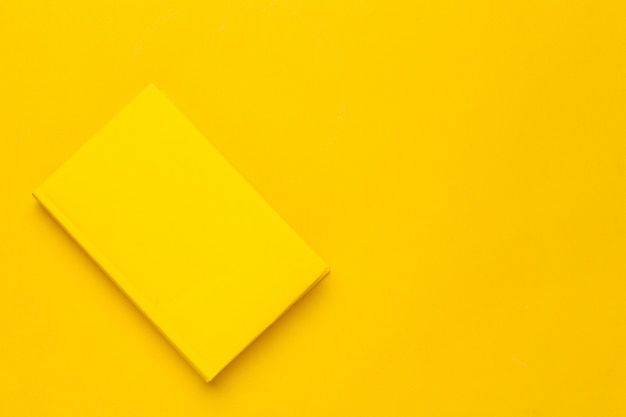 Книги на желтом