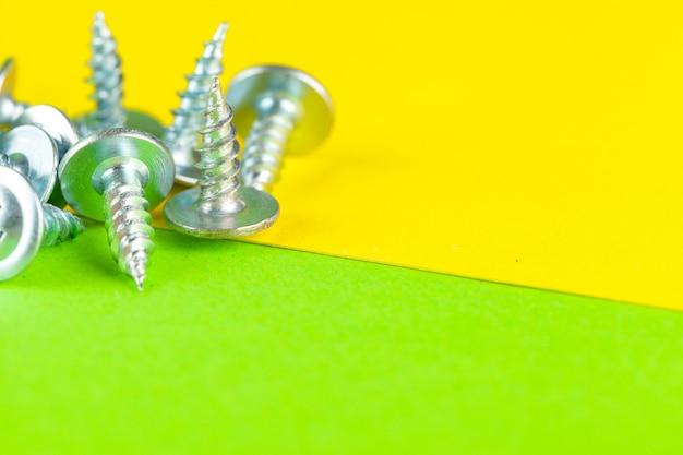 明るい緑のステンレスボルトまたは鉄の釘の平面図