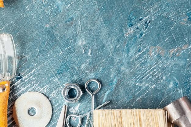 Различные строительные инструменты на синем