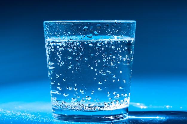 Стакан, полный воды
