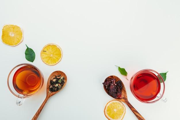 スパイスとハーブ入りのガラスのコップでお茶。トップビューの背景