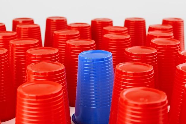赤と青の使い捨てプラスチックカップの大規模なグループ