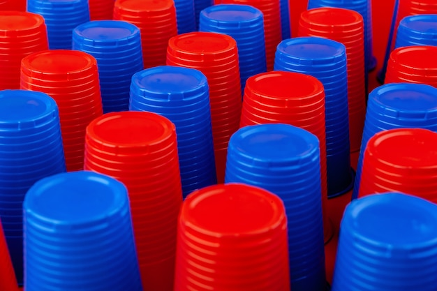 たくさんのプラスチック製の空のカラフルなカップをクローズアップ