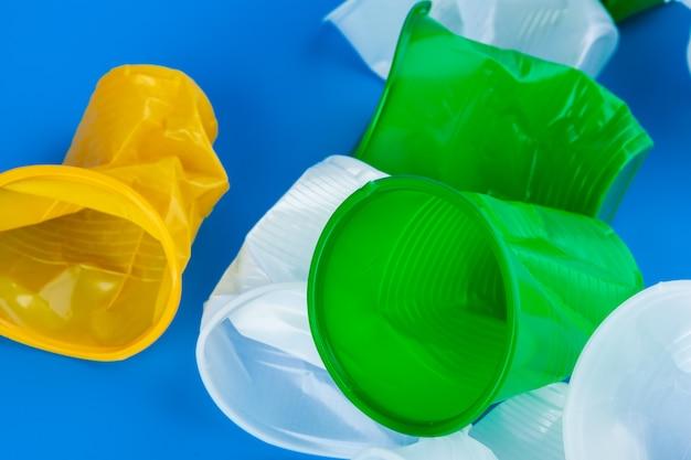 Мятые пустые одноразовые пластиковые стаканчики. концепция пластического загрязнения