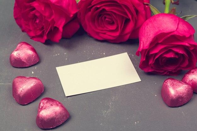 赤いバラと空白のギフトカードのテキスト